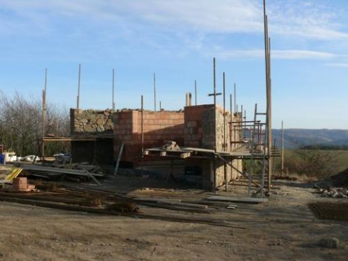 Srpen-září 2008: Terénní úpravy, stavba základů azahájení stavby spodní části rozhledny (pokladna aWC).